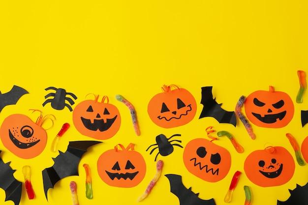 Concept d'halloween avec des citrouilles en papier