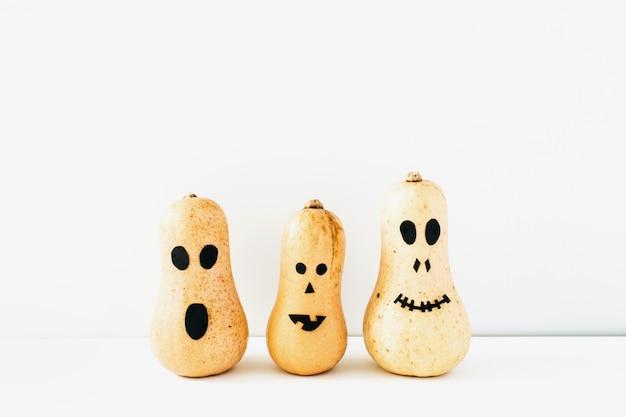 Concept d'halloween avec des citrouilles de visage effrayantes amusantes