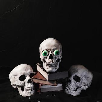 Concept d'halloween avec des crânes et des livres