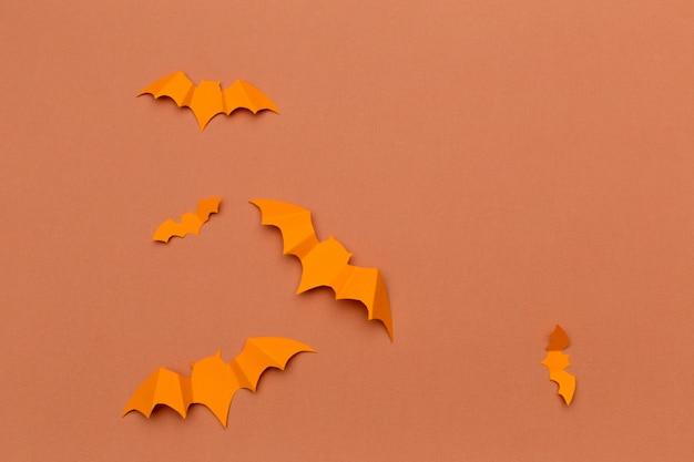 Concept d'halloween et de décoration - battes de papier volant