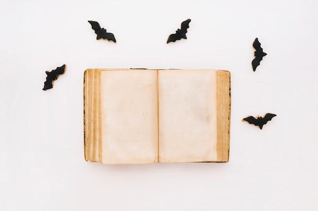 Concept d'halloween avec livre ouvert et chauves-souris