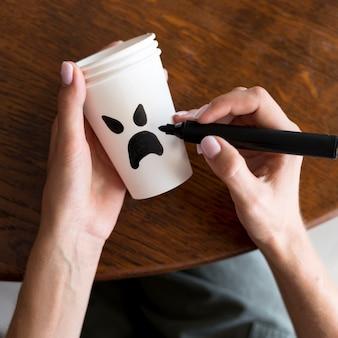 Concept d'halloween mignon sur tasse de papier