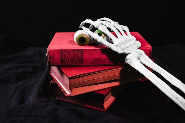 Concept d'halloween avec des yeux de jouet et un bras squelette