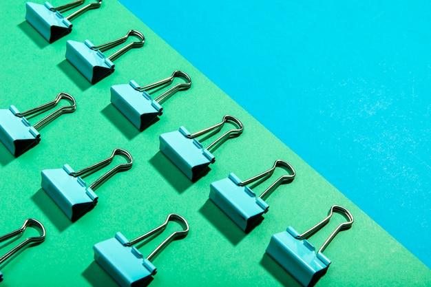 Concept de haute vue de trombones de reliure en métal