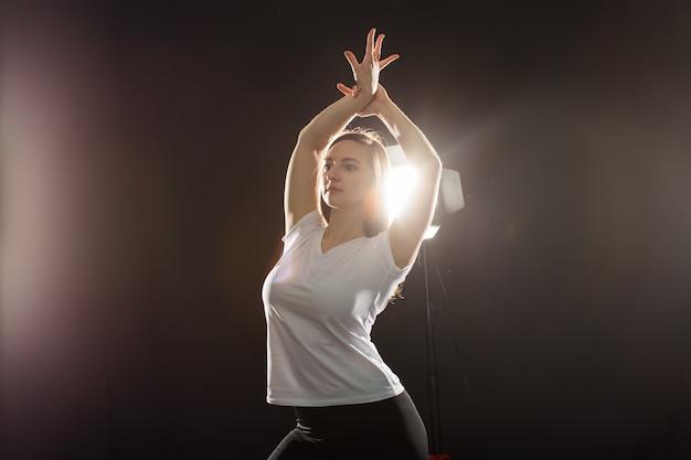Concept de hip-hop, jazz-funk, tecktonik, waacking, transe et danses de rue - jeune femme dansant jazz-funk au studio.