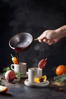 Concept d'hiver vin chaud avec de la vapeur dans la tasse