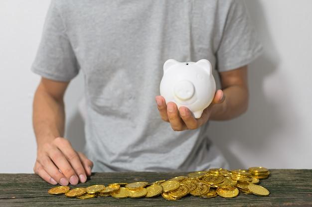 Le concept d'un homme d'affaires qui grandit pour économiser de l'argent