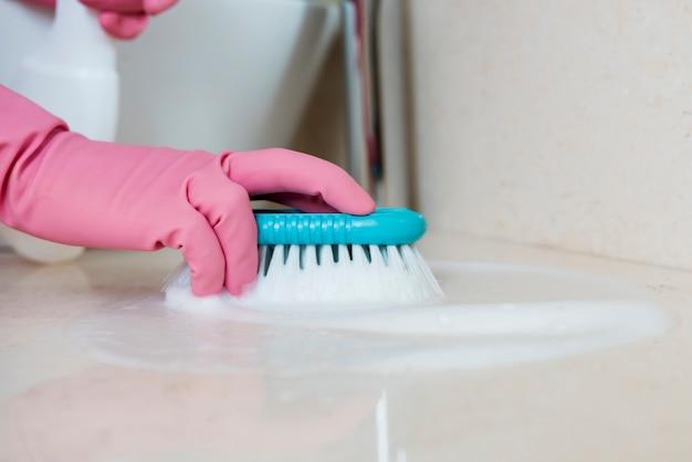 Concept d'homme nettoyant sa maison
