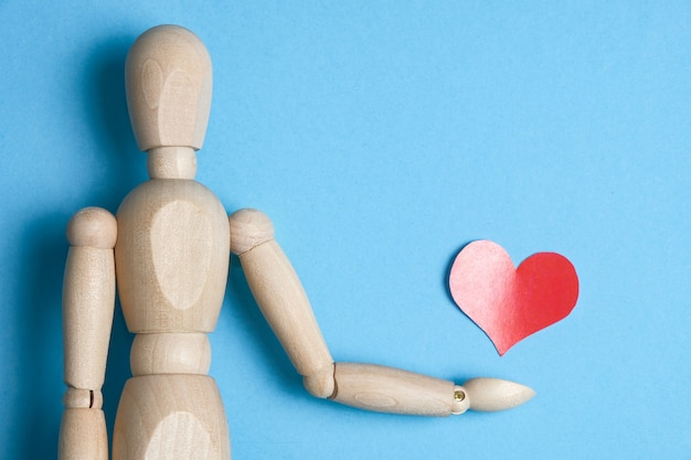 Le concept d'un homme offrant son coeur et son amour.
