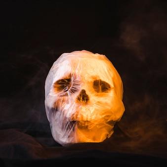 Concept d'horreur avec le crâne dans un sac en plastique