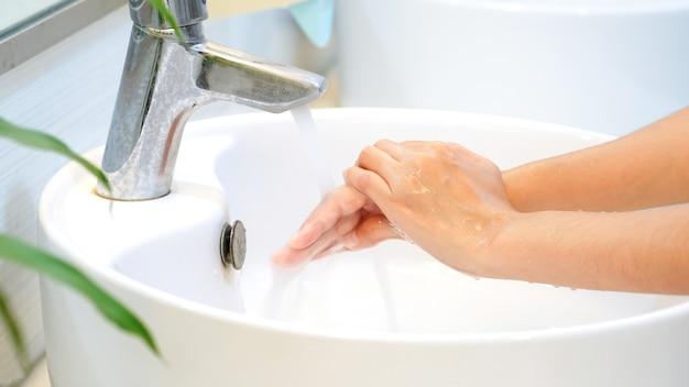 Concept d'hygiène lavez-vous les mains avec du savon dans l'éviercouvercle anti-virus