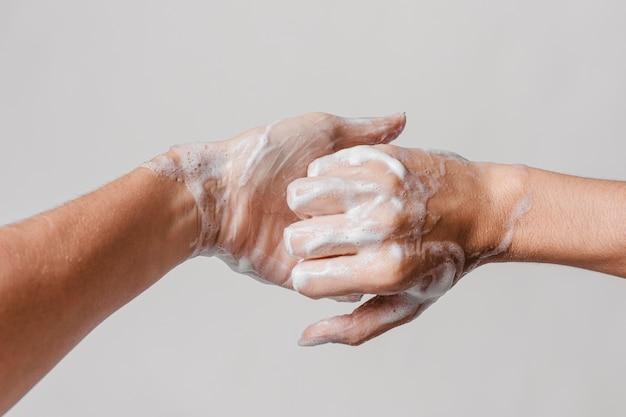 Concept d'hygiène se laver les mains avec du savon vue de face