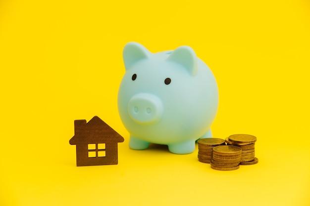 Concept d'hypothèque. tirelire et pièces de monnaie à proximité. achat de maison.