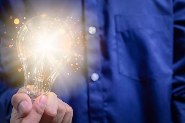 Concept d'idée créative de gens d'affaires pour les ampoules