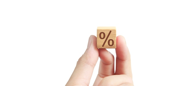 Concept idée créative et innovation. bloc de cube en bois en main avec symbole