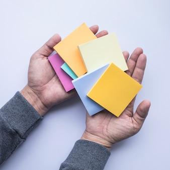 Concept d'idée de créativité papier à lettres sur main masculine
