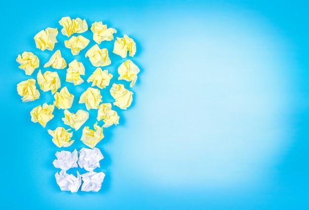 Concept d'idée et d'innovation avec lampe de boules de papier avec espace copie