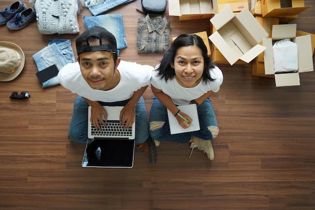 Concept d'idées en ligne de vente, vue de dessus de l'homme en utilisant un ordinateur portable et les femmes