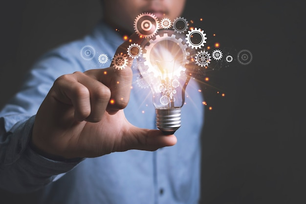 Concept d'idées pour présenter de nouvelles idées grande inspiration et innovation nouveau départ avec un homme d'affaires tenant des ampoules