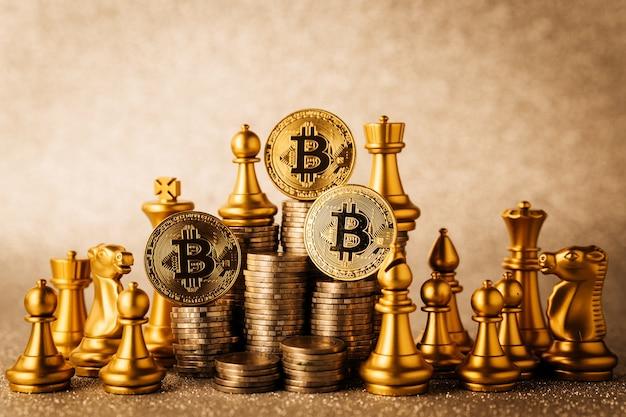 Concept d'idées de stratégie d'entreprise avec bitcoin et jeu de plateau d'échecs