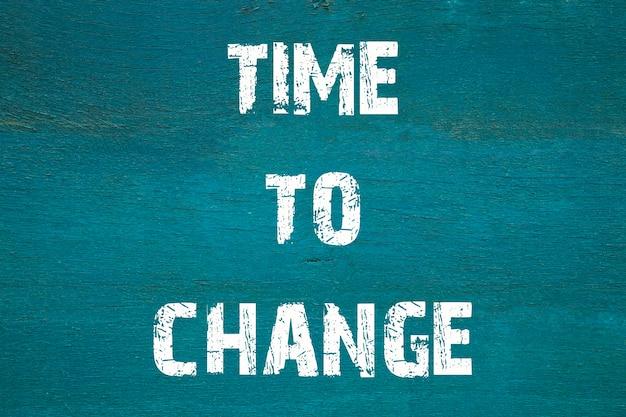 Concept, il est temps de changer- phrase écrite sur fond vert ancien.