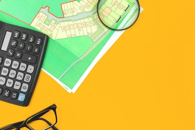 Concept immobilier arrière-plan plat, hypothèque et recherche de terrain à vendre espace de travail avec plan cadastral, espace de copie et photo vue de dessus