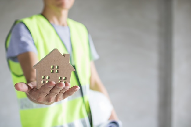 Concept immobilier, modèle de maison holding ingénieur, bâtiment d'inspection