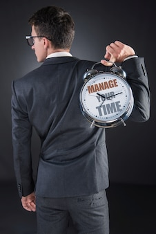 Concept d'importance temps jeune homme d'affaires