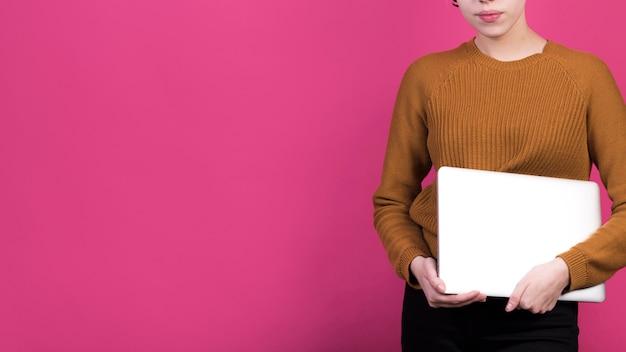 Concept indépendant avec femme tenant un ordinateur portable