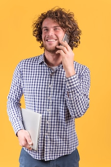 Concept indépendant avec homme faisant un appel téléphonique