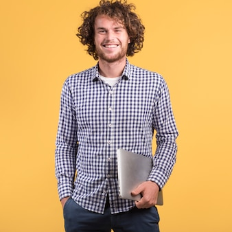 Concept indépendant avec homme tenant un ordinateur portable