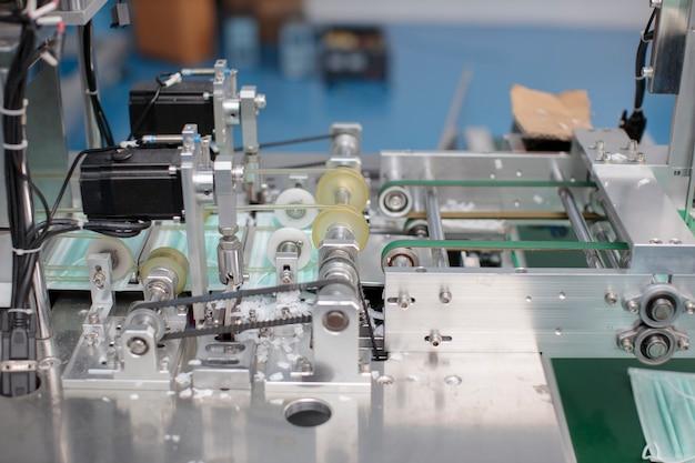 Concept d'industrie et d'usine, ligne de production de masques médicaux.