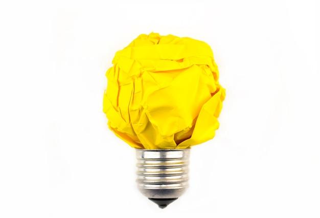 Concept d'inspiration métaphore d'ampoule de papier froissé pour une bonne idée