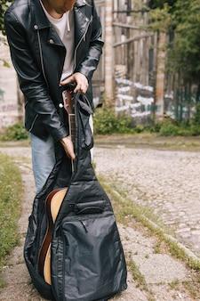 Concept d'interprète de guitare de pratique de concert de musicien urbain