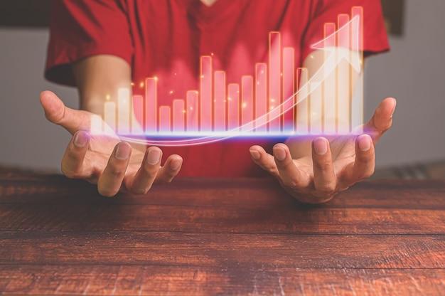 Concept d'investisseur commercial travaillant dans le monde en ligne montrant des graphiques hologrammes