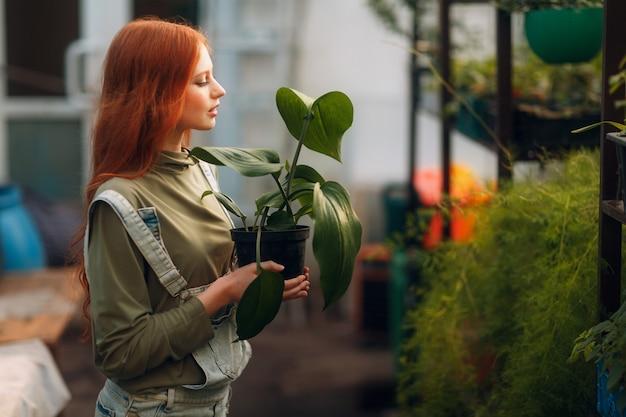 Concept de jardinage à domicile. profil femme avec pot de fleurs plantant des plantes. plante de jardin maison de printemps.
