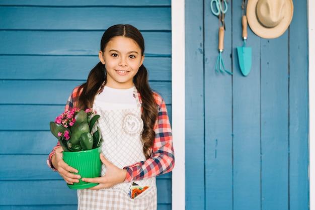 Concept de jardinage avec fille et plante