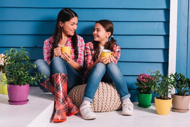 Concept de jardinage avec mère et fille