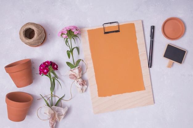 Concept de jardinage à plat avec presse-papiers