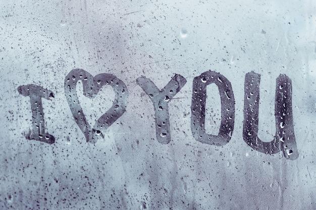 Concept je t'aime sur une fenêtre mouillée.