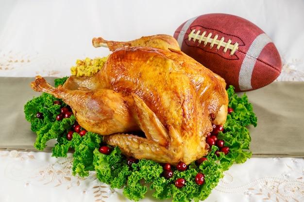 Concept de jeu de football de thanksgiving. dinde festive avec garniture.