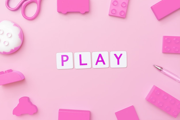 Concept de jeu avec des jouets et des objets pour le concept d'éducation de l'enfant sur fond rose