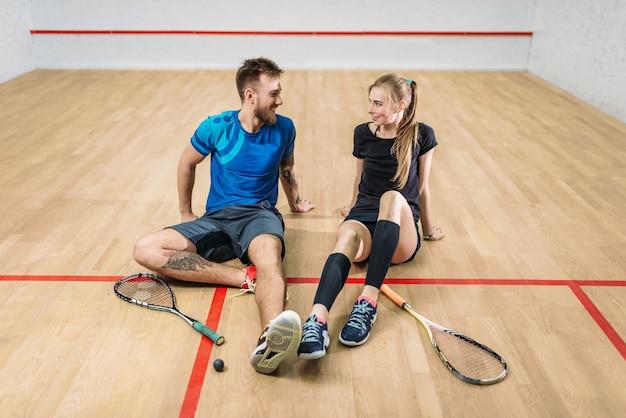 Concept de jeu de squash, jeune couple, raquettes, balle