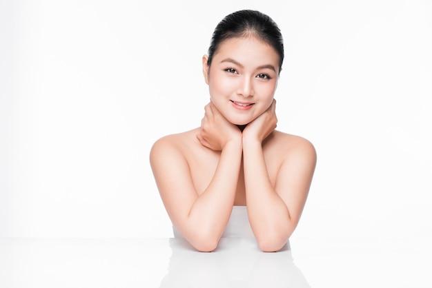 Concept de jeunesse et de soins de la peau. beauté spa asiatique femme avec une peau parfaite portrait.