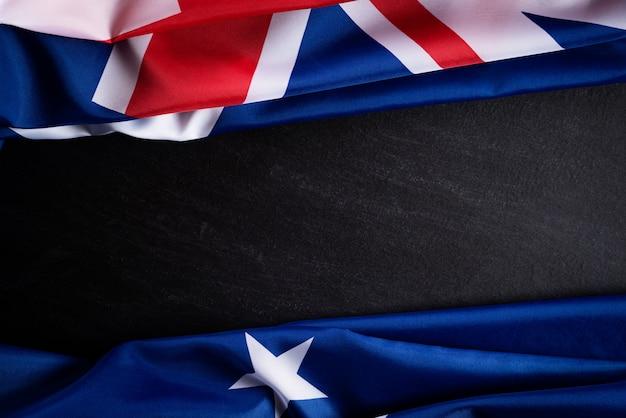 Concept de jour de l'australie. drapeau australien sur un fond de tableau noir