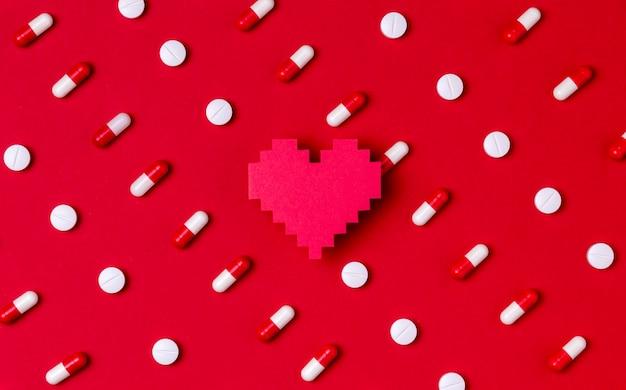 Concept de jour coeur vue de dessus avec des pilules