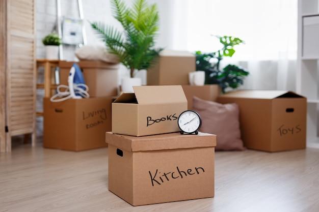 Concept de jour de déménagement - boîtes en carton avec des effets personnels préparés pour emménager dans une nouvelle maison