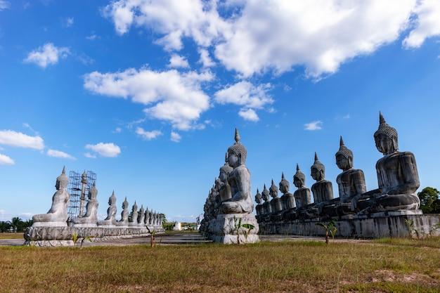 Concept de jour vesak, grand bouddha avec fond de ciel bleu