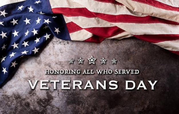 Concept de la journée des anciens combattants heureux. drapeaux américains sur fond de pierre sombre. 11 novembre.