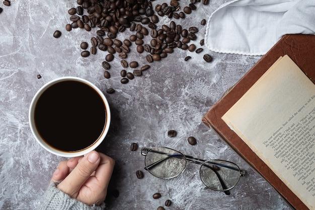 Concept de la journée internationale du café femme tenant une tasse de café